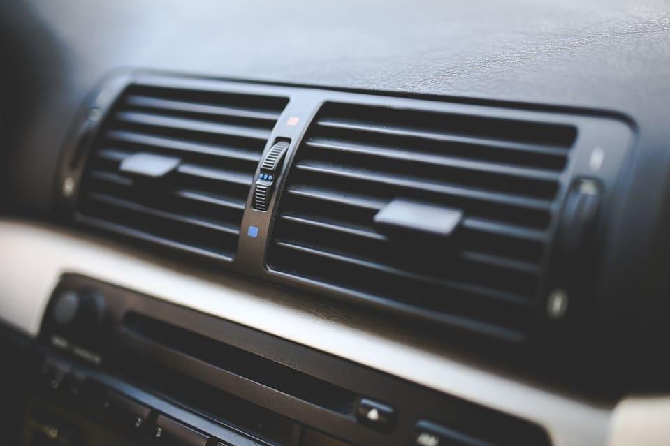 車のエアコン修理費用はいくらかかる?どこに頼めば良い?