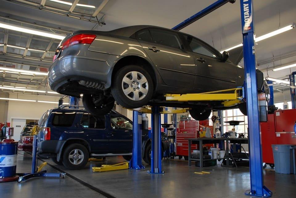 車のバンパーが外れた(外れかけ)時の修理代と対処法