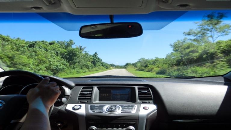 フロントガラスにカーフィルムはNG?車検通過は可視光線透過率がポイント