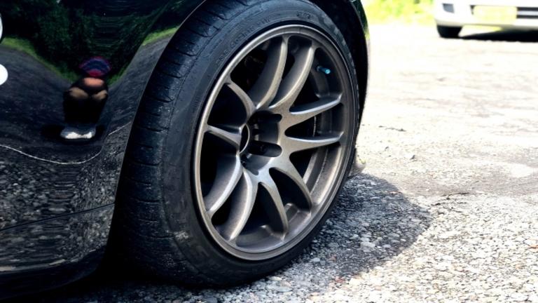 タイヤはパンク修理すれば乗り続けられる?修理代の目安と交換の必要性
