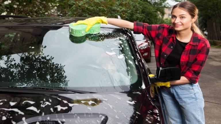 車のガラスにつく水垢を「激落ちくん(メラミンスポンジ)」で落とす方法