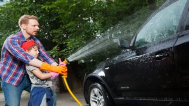 車のフロントガラスの水垢・ウロコ取りの方法|原因から対処方法まで解説