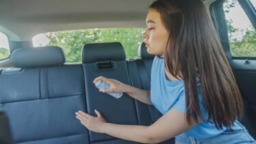 車内で嘔吐(ゲロ)してしまった時の対象法|ニオイを残さない車内清掃術