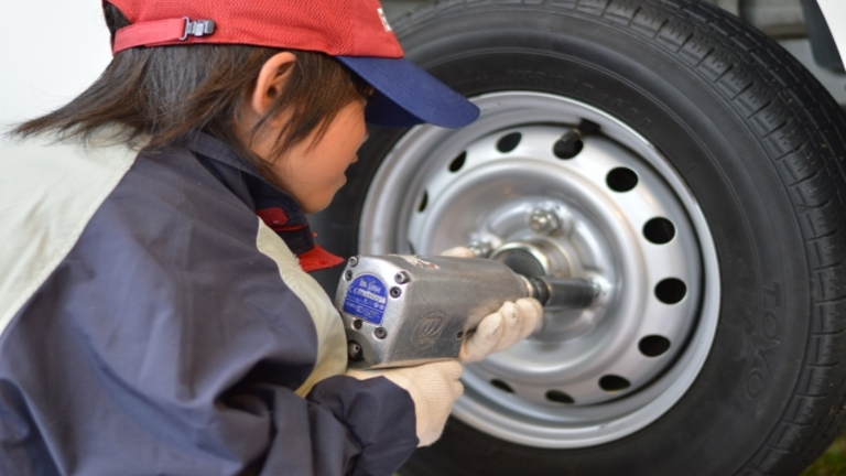 タイヤ交換時はエアバルブも要確認!交換時期と費用の目安を解説
